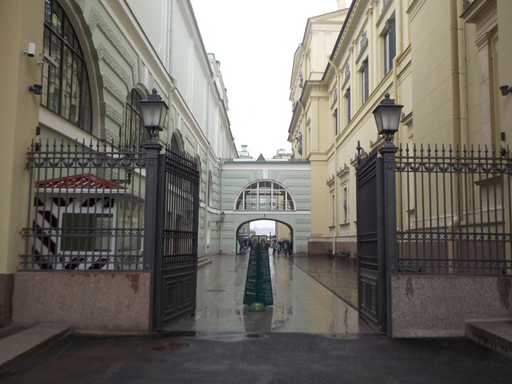 The side entrance for web-ticket holders off to the right of the palace.